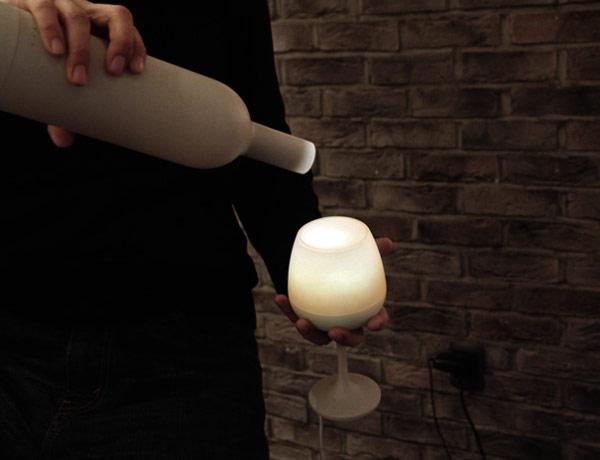 Šviesų reguliavimas vyno buteliu ir stikline