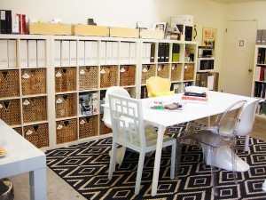 Darbo kambarys su skirtingomis kedemis