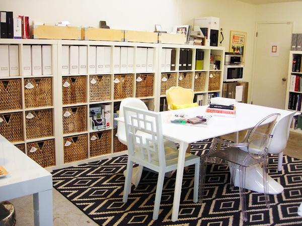 Darbo kambarys su skirtingomis kėdėmis