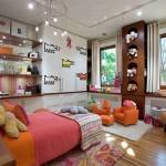 Vaiko kambarys su medine žaislų siena
