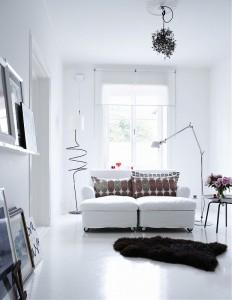 Balta spalva ir šviestuvų akcentai
