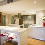 Erdvus ir neperkrautas virtuvės interjeras