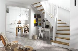 Vyrauja balta spalva (net grindys baltos), daug apšvietimo virtuvėje; jauku