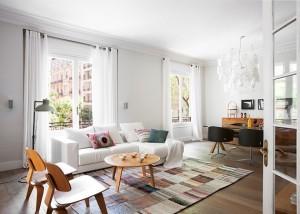Dideli langai, lengvos užuolaidos ir natūralūs baldai