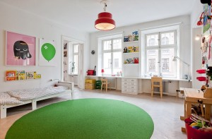 Vaiko kambarys su daug ryškių detalių