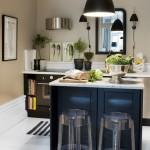 Maža, jauki virtuvė su daug apšvietimo; veidrodis optiškai didina patalpą
