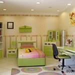 Baldai vaiko kambaryje išdėstyti ratu