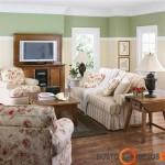 Jaukus svetainės interjeras su klasikiniais baldais