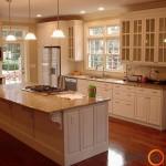 Įspūdinga balta klasikinio stiliaus virtuvė su marmuriniu stalviršiu