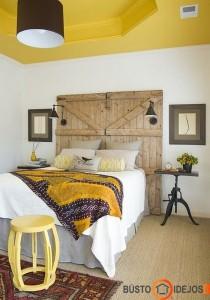 Vartų durys diktuoja kaimišką stilių miegamajame