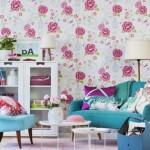 Gėlėtais tapetais dekoruotų sienų interjere puikiai įsilieja balta ir žydra spalvos bei suteikia gaivumo
