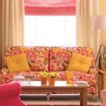 Saulėtai šiltas interjeras, išreikštas per ypatingai madingus gėlių raštus balduose