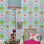 Pavasariški tapetai, prie jų puikiai priderintas toršeras, pintas krėslas ir net gėlės