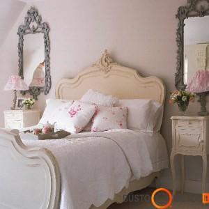 Grakščios baldų linijos, veidrodžiai masyviais rėmais, antikvariniai staliukai - idealus provanso stiliaus miegamasis