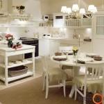Sušiuolaikintoje provanso stiliaus virtuvėje jaučiamas lengvumo įspūdis