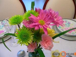 Ryškios pavasariškų spalvų gėlės kelia nuotaiką ir šventiškai nuteikia
