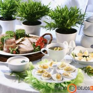 Žaluma ir velykiniai patiekalai puošia stalą
