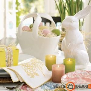 Prabangiai ir skoningai atrodantis pastelinių spalvų velykinis stalas