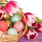Krepšys gražių margučių ir gėlės - pagrindiniai velykinio stalo akcentai