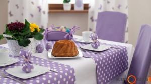 Jaukus baltai violetinis stalas; puiki idėja - išradingai paslėptas kiaušinis svečiui