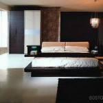 Minimalistinis miegamasis, kuriam išskirtinumo suteikia šviestuvas