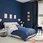 Puikus lovos staliukas ir lova mėlyname interjere