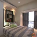 Mažas ir labai jaukus miegamasis su moderniai išdėstyta lentyna