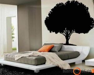 Graži lova puikiai įsikomponuoja į medžio formos sienos lipduką