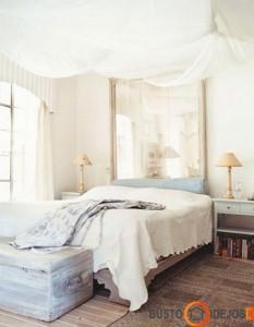Jei patinka veidrodis miegamajame, kodėl jis negalėtų pabūti vietoj galvūgalio?