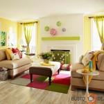 Pavasariškai šiltas ir jaukus geltonos, samaninės žalios ir rožinės spalvos svetainės interjeras