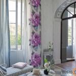 Gėletos pavasariškos užuolaidos nuostabiai pagyvina blankų interjerą
