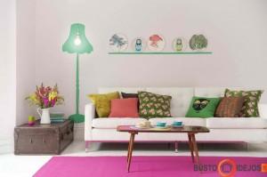 Apgalvotai panaudoti sienų lipdukai, spalvotos pagalvėlės bei ryškus kilimas - jauku