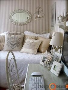 Jaukumą priduodančios pagalvės, masyvūs nuotraukų bei veidrodžio rėmeliai, lengvas kėdės atlošo rėmas ir vis pasteliniai tonai...