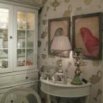 Antikvarinė sofa, stalas ir kėdės bei indauja - būtini baldai provanso stiliaus interjere