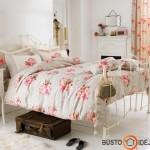 Grakšti metalinė lova ir gėlėta tekstilė - labai romantiška