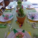 Į stalo puošimą įtraukite vaikus - jie galėtų Jums padėti iškirpti tokias gėles ir įdėti saldainiukų svečiams
