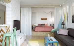 Miegamoji zona nuo svetainės atskirta užuolaida ir paaukštintomis grindimis