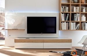Paprastas, tiesių linijų televizoriaus staliukas bei knygų lentyna - asimetrija itin svarbu