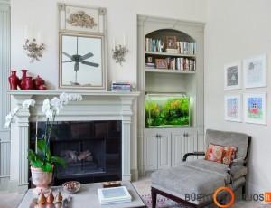 Akvariumas puikiai pagyvina baltą svetainės interjerą