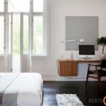 Minimalistinis miegamojo interjeras su darbo stalu