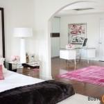 Moteriškas miegamojo interjeras, kur darbo erdvė tarsi kitoje patalpoje