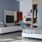 Darbo erdvė tarsi natūraliai įsilieja į miegamojo interjerą