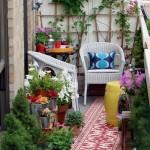Labai jaukus ir tvarkingas balkonas, kuriame pilna visokiausių gėlių