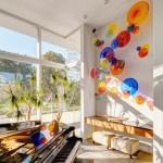 Stiklinės lėkštės suteikia kambariui žaismingumo ir gyvumo