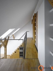 Ribotame virtuvės plote sumaniai po laiptais įmontuota buitinė technika