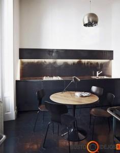 Kėdės tarsi susilieja su virtuvės baldais ir grindimis; puikiai parinktas stalo medinis stalviršis