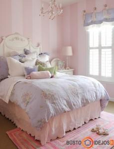 Jaukus, šiltas kambarys su begale pagalvėlių ir minkštais patalais