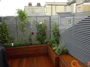 Apkaltame medžiu balkone organiškai atrodo augalai