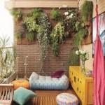 Originaliai pakabintos gėlės balkone