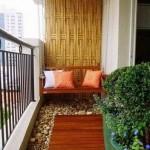 Puikios balkono grindys ir du dideli gėlių vazonai